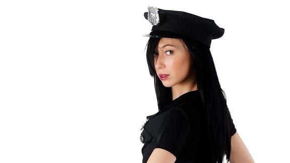 Wer sich als Polizistin verkleidet, sollte darauf achten, dass das Kostüm als solches zu erkennen ist. Amstanmaßung ist strafbar. Zudem sind Stöckelschuhe äußerst unpraktisch um die Pedale zu bedienen.