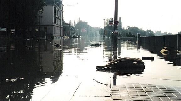 Leipziger Straße in Dresden unter Wasser.
