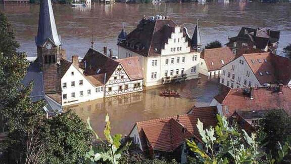 Der Marktplatz in Wehlen ist von Wasser eingeschlossen.