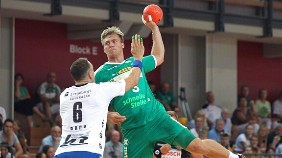 Franz Semper ( 3, DHfK Leipzig) gegen Kevin Roch ( 6, Aue).
