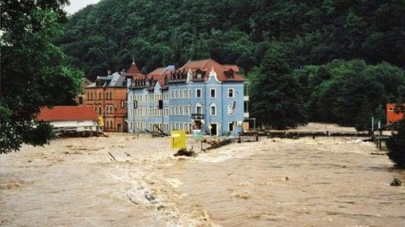 Wassermassen strömen durch Freital-Hainsberg.