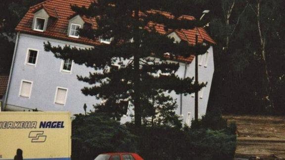 Blick auf ein unterspültes und komplett schiefliegendes Haus inFreital-Hainsberg.