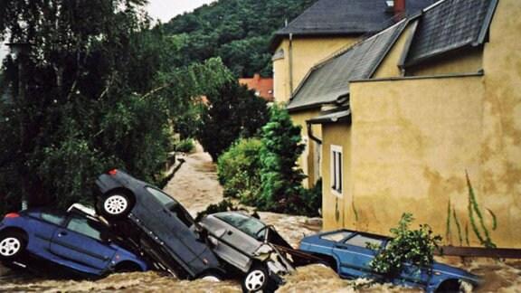 Durch die Fluten zusammengeschobene PKW in Freital-Hainsberg.