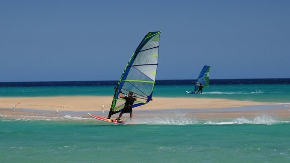 Windsurfer am Strand