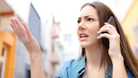 Eine Frau beim telefonieren mit einem Smartphone.
