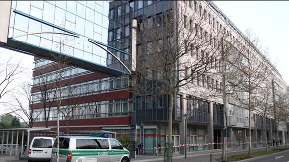 Unbekannte haben das Technische Rathaus Leipzig mit Steinen und Farbbeuteln angegriffen