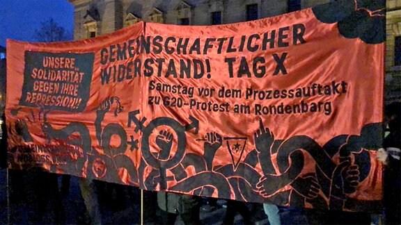 Demo-Banner bei Indymedia-Protest auf Leipziger Simsonplatz