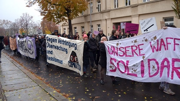 Teilnehmer einer Demonstration bei einer Kundgebung.