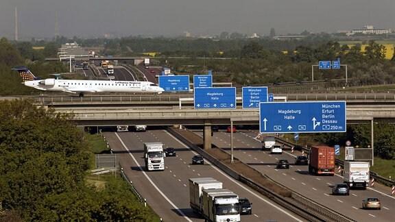 Ein Passiergierflugzeug vom Typ Canadair Regional Jet rollt über die westliche Rollbrücke der Bundesautobahn A 14 am Flughafen Leipzig - Halle.