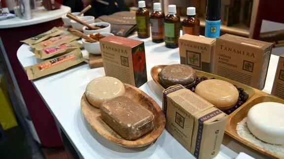 Seife und weitere Kosmetikprodukte stehen auf einem Tisch.