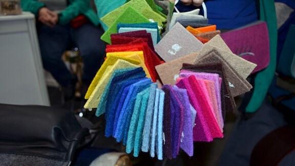 Stoffflicken in unterschiedlichen Farben auf einem Strick.