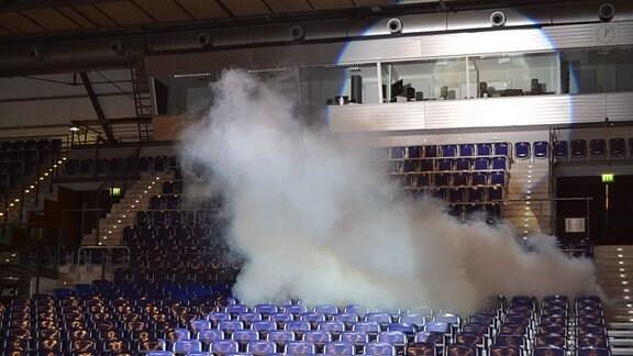 Nebel steigt in den leeren Rängen der Arena Leipzig auf.