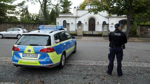 Polizeischutz für jüdischen Friedhof in Dresden am 9.10.2019 nach der Schießerei in Halle/Saale vor der Synagoge.