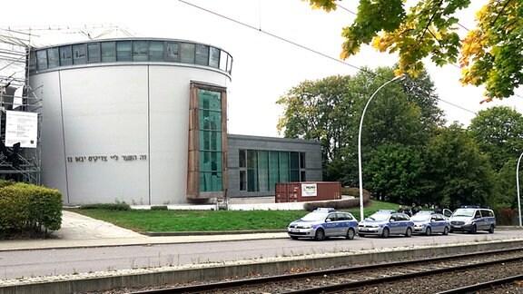 Polizeibeamte bewachen am 9.10.2019 die Synagoge in Chemnitz.