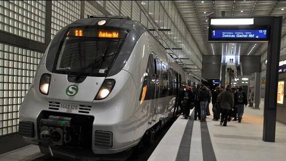 S-Bahn-Zug im City-Tunnel mit der Zielanzeige Zwickau