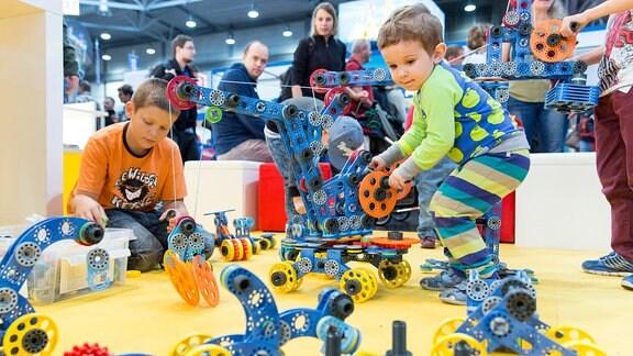 Kinder spielen mit Technik-Baukasten