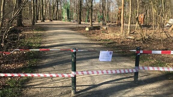 Ein wegen der Corona-Pandemie gesperrter Spielplatz im Leipziger Rosental (24.03.2020)