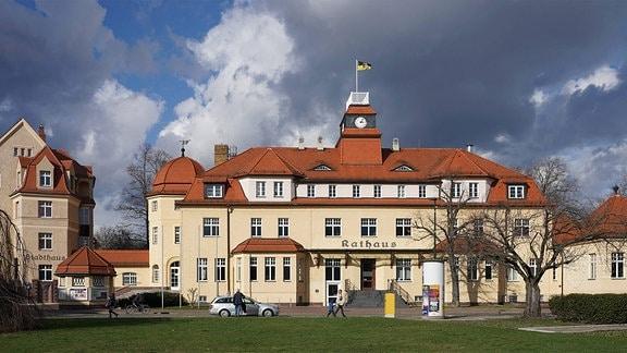 Das Rathaus von Markkleeberg (M) mit dem angrenzenden Stadthaus (l.).
