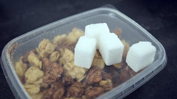 Fertigmüsli mit viel verstecktem Zucker  …mit viel verstecktem Zucker.