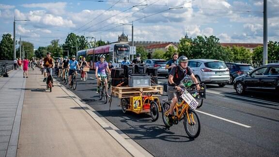 Demonstration auf dem Fahrrad von Fridays for Future Dresden und Verkehrswende Dresden.