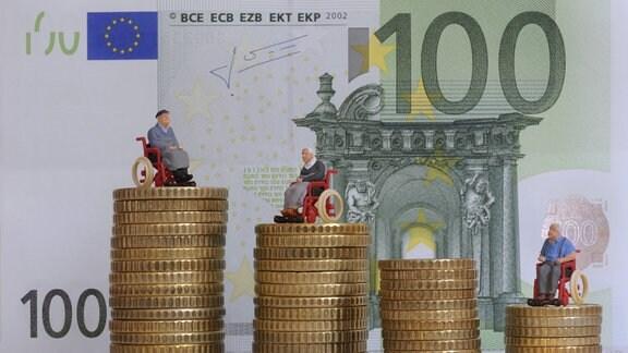 Rollstuhlfahrer Figürchen auf Münzstapel vor 100 Euro Banknote