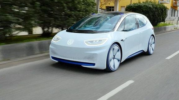 Ein Prototyp von VW auf der Straße.