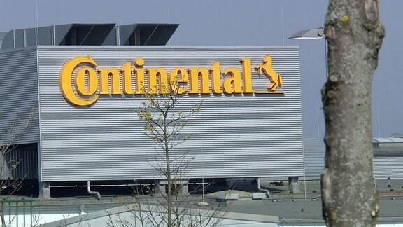Eine Produktionshalle von außen mit dem Schriftzug Continental.