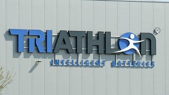 Eine Hallenwand von außen mit dem Schriftzug Triathlon.