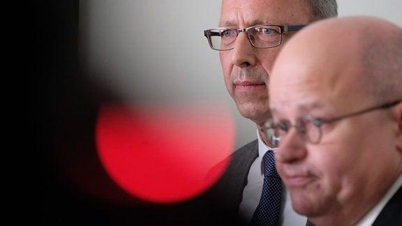 Jörg Urban (l), Landesvorsitzender der sächsischen AfD, spricht neben dem Juristen Michael Elicker im Landesverfassungsgerichtshof zu Medienvertretern.