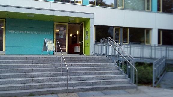 Offene Tür zum Landtagswahllokal in der Pablo-Neruda-Grundschule in Chemnitz