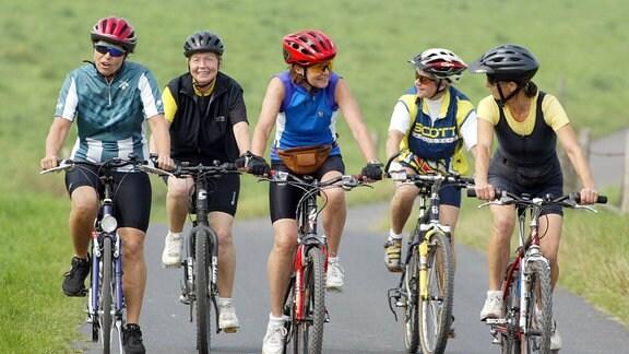 Rentnerinnen auf einer Fahrradtour