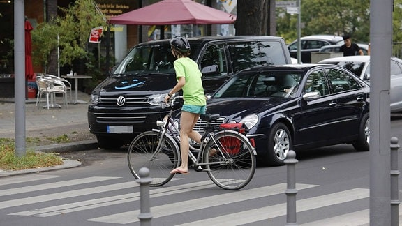 Radfahrer fährt über einen Zebrastreifen