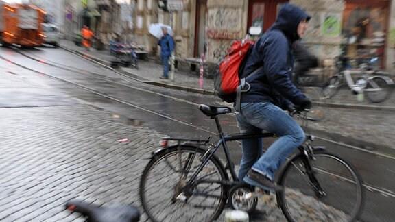 Radfahrer im regnerischen Dresde