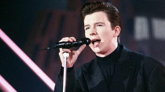 Sänger Rick Astley während eines Auftritts in München, 1988.