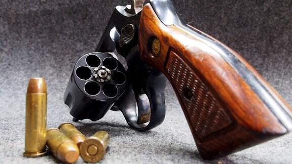 ein Revolver mit Munition