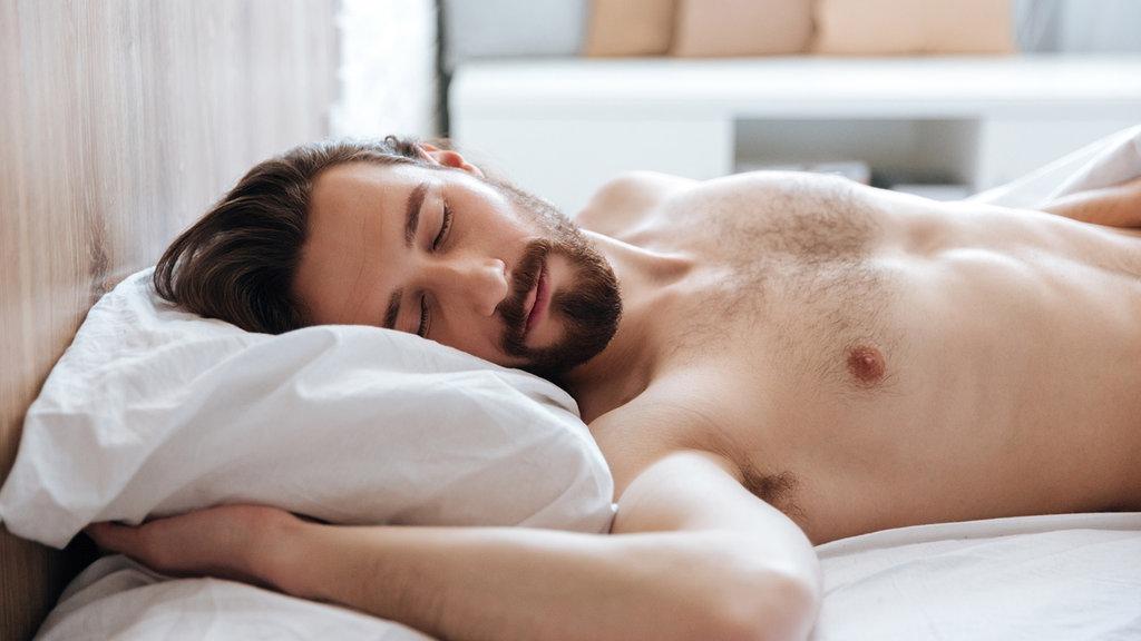 tun sie schlafen in der nackt