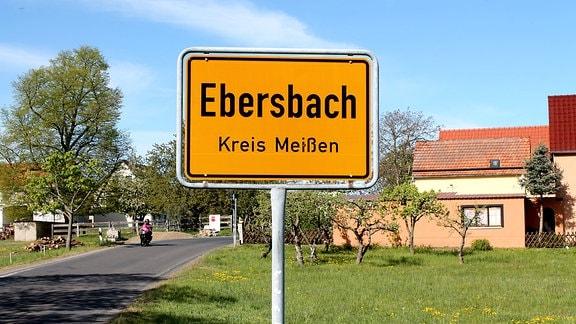 Blick auf das Ortseingangsschild von Ebersbach