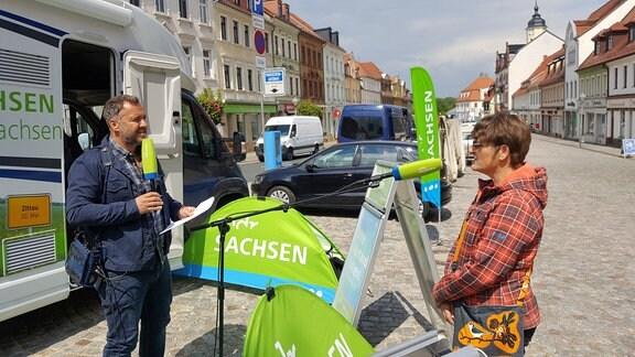 Kommt zum Gespräch ans Wohnmobil – die Nossenerin Birgit Hoppadietz