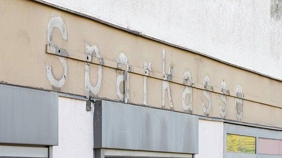 Entfernter Schriftzug einer ehemaligen Filiale der Berliner Sparkasse.