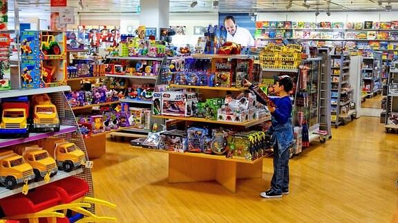 Ein Junge in der Spielwarenabteilung eines Kaufhauses