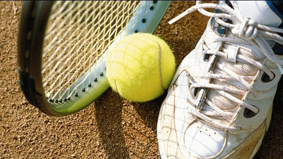 Tennisschläger und Tennisball