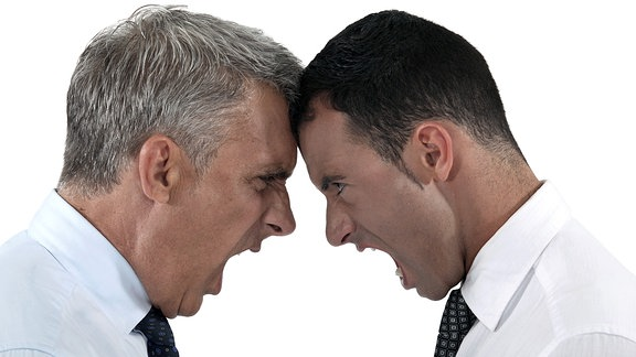 Zwei Männer stehen sich gegenüber und schreien sich an.
