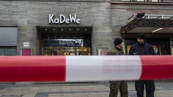 Polizisten stehen 2014 in Berlin vor dem Kaufhaus KaDeWe hinter einer Absperrung.