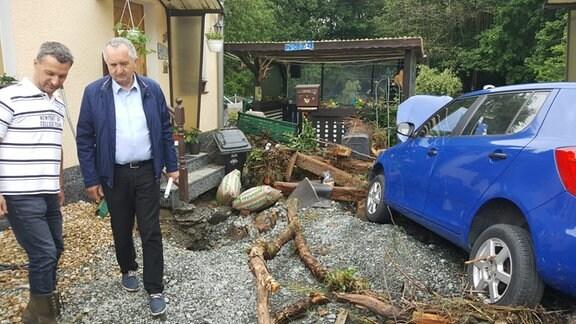 Sachsens Umweltminister Schmidt im Gespräch mit vom Hochwasser Betroffenen in Adorf.