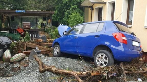 Ein vom Hochwasser beschädigtes Auto in der Emil-Claviez-Siedlung in Adorf.