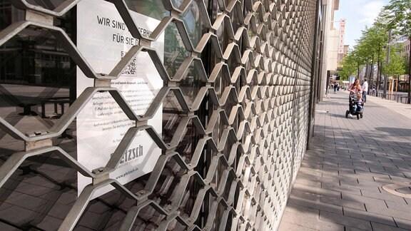 Verschlossenes Rolltor eines geschlossenen Geschäfts in der Einkaufsstraße und Fußgängerzone Planken in der Innenstadt Mannheim.