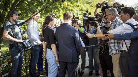 Michael Kretschmer (R) gibt ein Pressestatement nach der Stimmabgabe zur Landtagswahl in Sachsen in Dresden