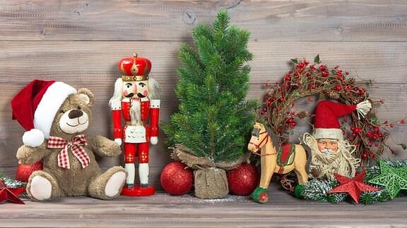 Teddybär, Nußknacker, Tannengrün, Christbaumkugeln und Spielzeug