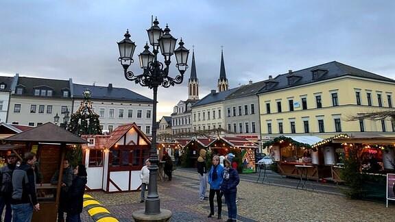 Blick auf einen Weihnachtsmarkt Oelsnitz