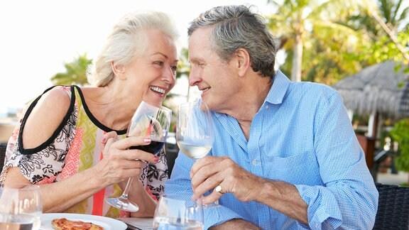 Ein Paar genießt nach dem Essen ein Glas Wein.